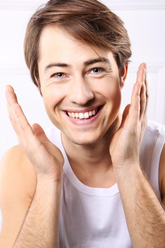 Przystojny mężczyzna, uśmiech, radość, emocje